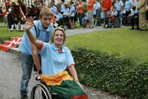 filigrane jeune dame au camp internat levant bras